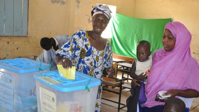 استفتاء موريتانيا يُلغي مجلس الشيوخ ويُغير العلم الوطني
