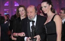 وفاة المخرج المسرحي البريطاني الكبير بيتر هول عن 86 عاما