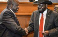 رئيس جنوب السودان سلفا كير وزعيم المتمردين ريك مشار يوقعان اتفاق سلام