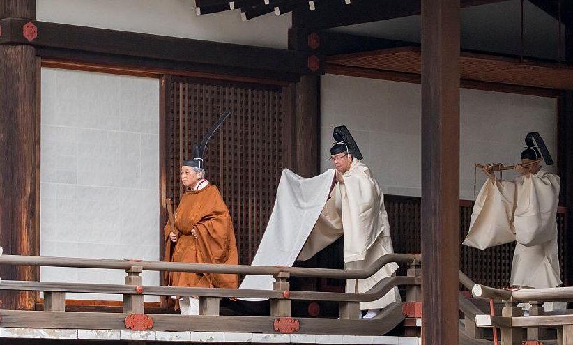 إمبراطور اليابان يتنازل عن عرشه