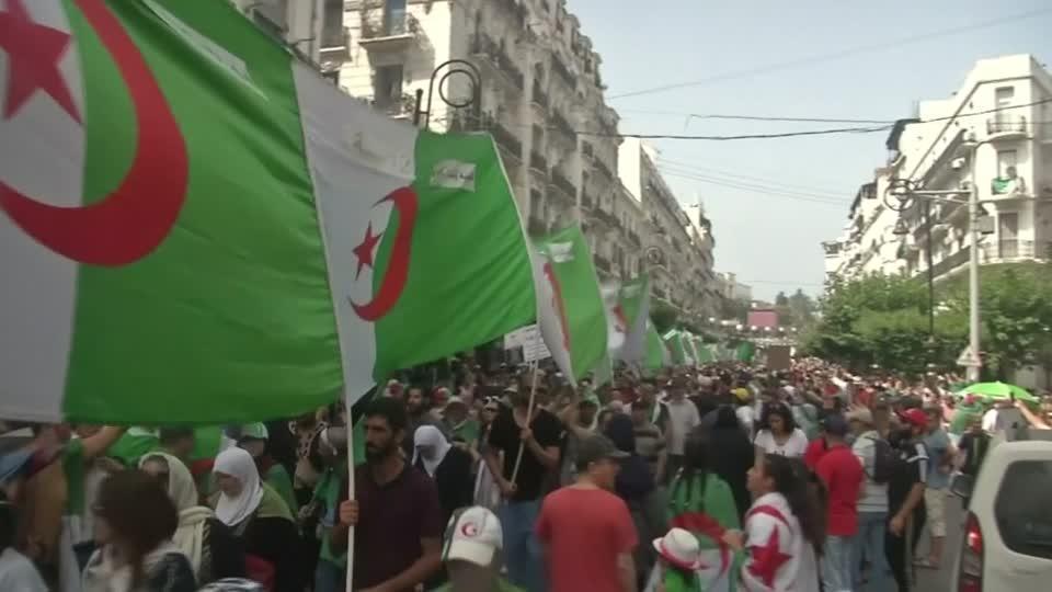 المحتجون في الجزائر يواصلون الضغط على النخبة الحاكمة