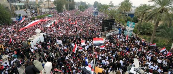 """محتجون في العراق يطالبون بطرد القوات الأمريكية ويهتفون """"كلا كلا أمريكا"""""""