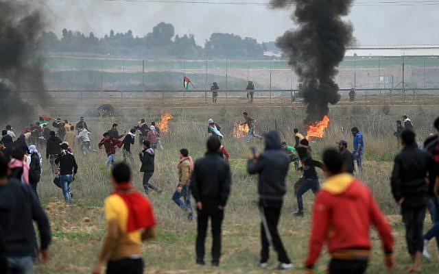 مسؤولون: مقتل فلسطيني وإصابة عشرات بنيران إسرائيلية خلال احتجاج في غزة