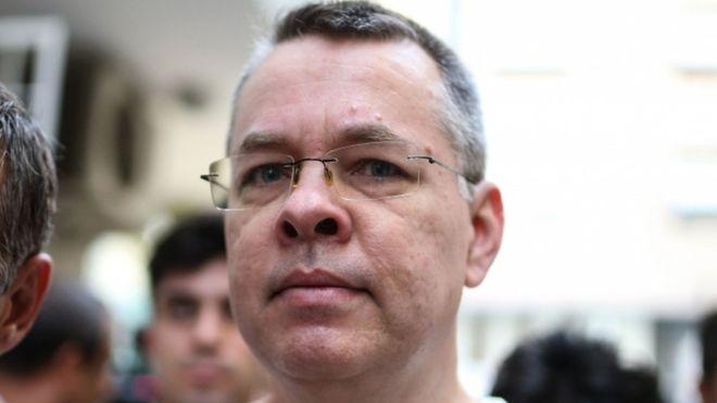 محكمة تركية تفرج عن قس أمريكي بعد عامين من الاعتقال