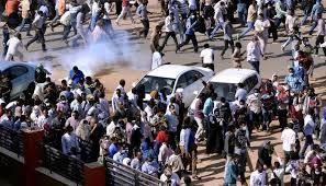 الشرطة السودانية تطلق الغاز المسيل للدموع لتفريق مئات المحتجين في أم درمان