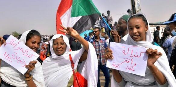 محتجون بالسودان يتدفقون على اعتصام وزارة الدفاع للمطالبة بسلطة مدنية