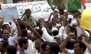 محتجون سودانيون يشتبكون مع قوات الأمن أمام مقر إقامة البشير