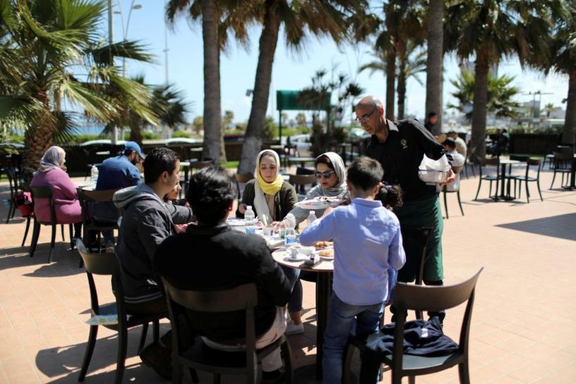 الحياة تبدو طبيعية في طرابلس، لكن السكان يتساءلون.. إلى متى؟