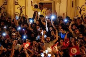 شباب تونس يتشاركون الحلم والأمل بعد فوز قيس سعيد بالانتخابات
