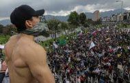 آلاف المحتجين يحتشدون بشوارع كولومبيا وحظر التجول بالعاصمة بوجوتا