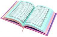 مصحف ملون .. يقرأ الشيخ الآية مجودة ويأتي تفسيرها بعدها مباشرة .. تسمعون التلاوة والتفسير بالصوت وترون المصحف في نفس الوقت …